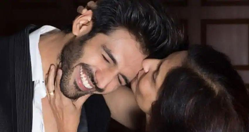 kartik aaryan and his mother have a fun chat on social media