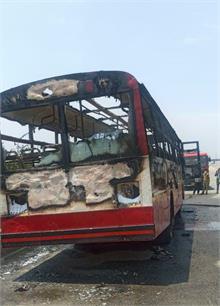 यमुना एक्सप्रेस वे पर चलती बस में लगी भीषण आग, सवारियों ने आनन फानन में कूदकर बचाई अपनी जान