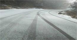 पहाड़ियोंपरबिछी बर्फ की चादर, चहके सैलानी, कर रहे जमकर मौज-मस्ती