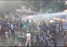 भोपाल में किसानों के समर्थन में उतरी कांग्रेस पर पुलिस ने भांजी लाठियां, वाटर कैनन का किया इस्तेमाल