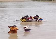 छत्तीसगढ़ में गर्भवती महिला ने भगौने में बैठकर की नदी पार, जाना था डिलीवरी के लिए अस्पताल !