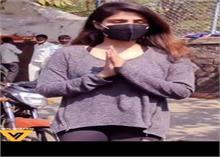 Video: सुशांत के बर्थडे से एक दिन पहले Rhea ने खरीदे फूल, लोगों ने कहा ये...