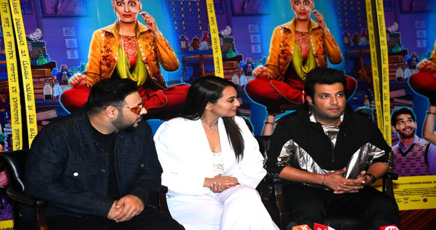 sonakshi sinha badshah varun sharma promote film khandaani shafakhana in delhi watch photoes