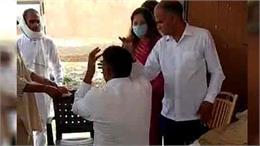 भाजपा नेत्री सोनाली फोगाट ने सरकारी कर्मचारी को चप्पल से पीटा, वीडियो वायरल