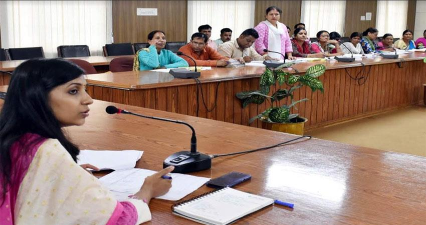 dm stops salary of absentee four bdos in icds meeting
