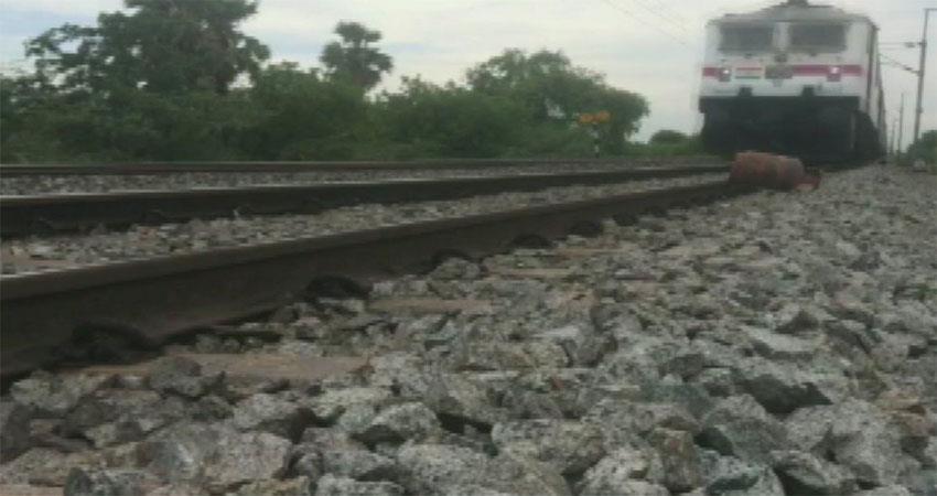Reemareddy yotuber  man puts Lpg cylinder on railway track viral video