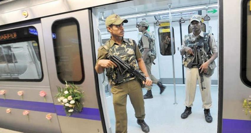 delhi metro cisf jawan sets example of honesty returns bag full of money