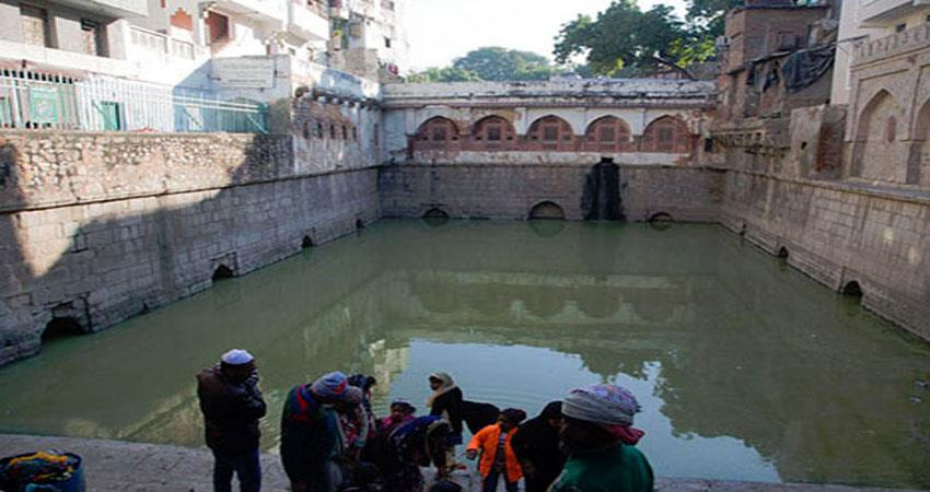 the-lamp-was-burnt-by-the-water-of-this-baoli