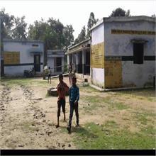 स्कूलों से गैस सिलेंडर हुए चोरी, लकड़ी और गोबर के उपलों से बन रहा MDM