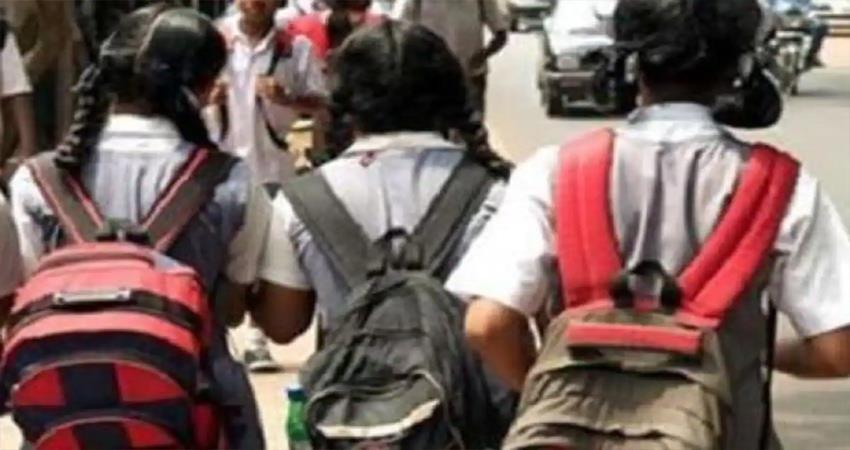 three-girl-students-went-out-of-school-to-go-to-school-in-shahjahanpur-djsgnt