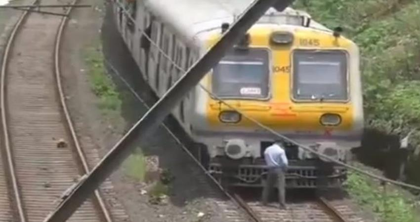 video-mumbai-local-train-motorman-stops-the-train-and-urinate-on-track