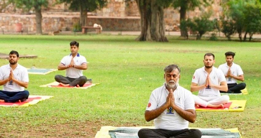 prahlad singh patel did yoga in purana qila delhi present senior asi officers pragnt