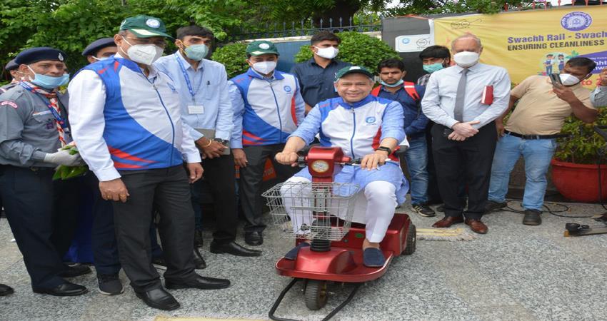 railway minister ashwini vaishnav caught the steering of the floor sweeper on the platform