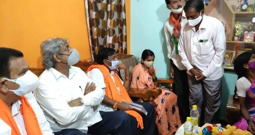 union-minister-bjp-reached-house-of-living-soldier-instead-of-martyred-soldier-rkdsnt