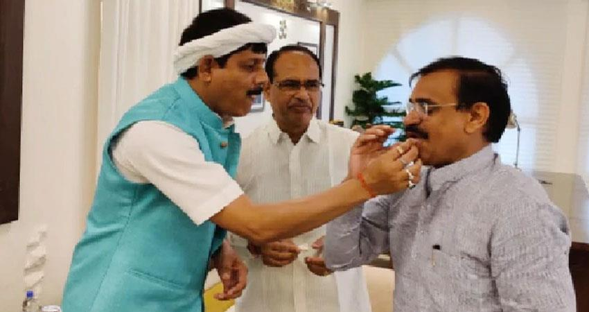 madhya pradesh congress mla pradyuman singh lodhi quit congress and join bjp rkdsnt
