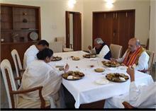 CM पटनायक के आवास पर भोज में शामिल हुए अमित शाह-ममता बनर्जी सहित अन्य दिग्गज नेता