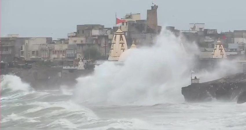 cyclone-vayu-work-on-the-harbor-ports-transport-services-stop-in-gujarat