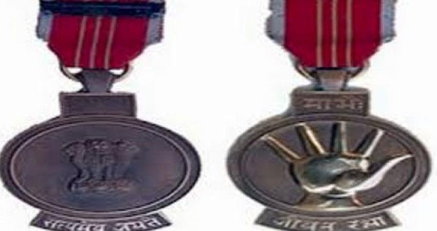 cisf-jawans-who-saved-the-boy-stranded-in-a-high-building-were-honored