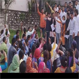 गढ़वाल विश्वविद्यालय में छात्र नेताओं ने कुलसचिव को घंटों कार्यालय में बंद रखा