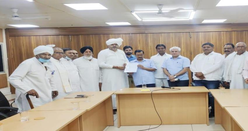 kejriwal-held-a-meeting-with-the-delegation-of-delhi-countryside