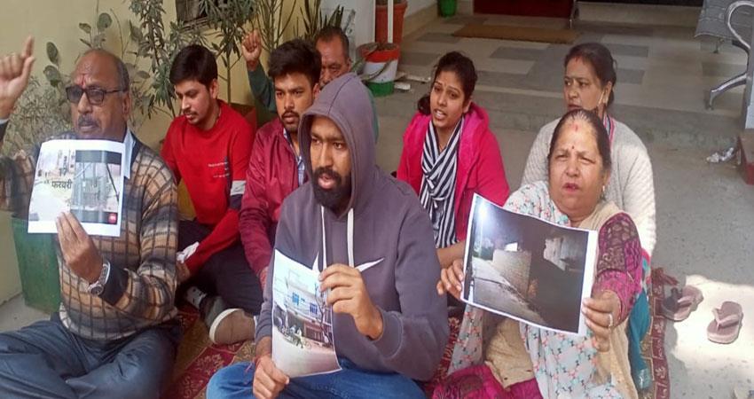 mla-champion-accused-of-grabbing-property-agarwal-brothers-sitting-on-strike-albsnt
