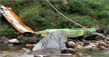 हिमाचल प्रदेश में खाई में गिरी बस, 27 लोग घायल