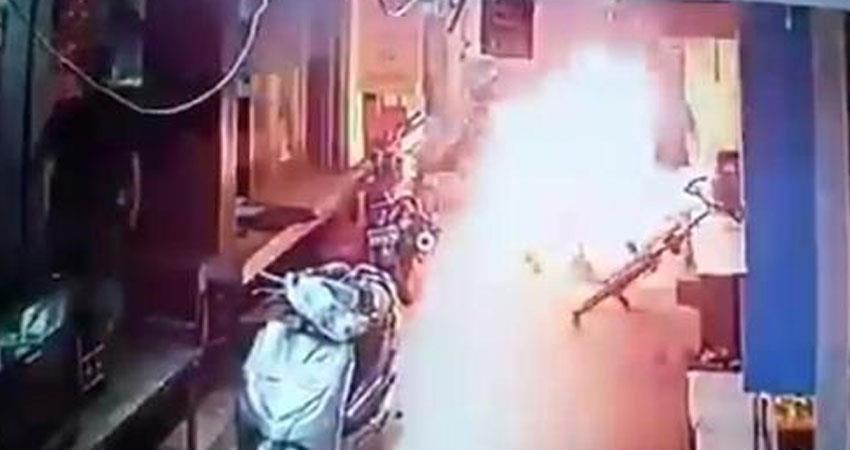 up crime businessman killed in fire in firozabad opposition targets the yogi bjp govt rkdsnt