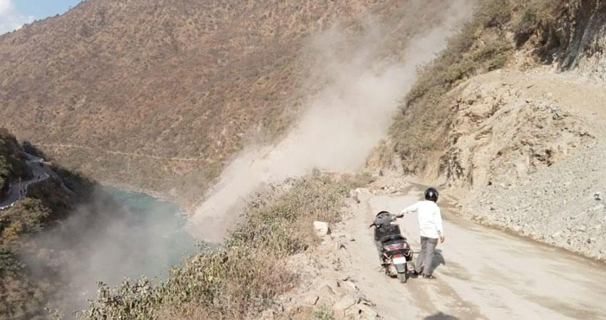 badrinath-highway-closed-for-six-hours-due-to-hill-crack-people-had-to-face-problems-albsnt