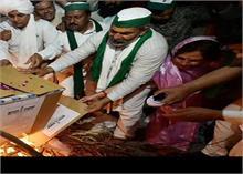 किसानों ने केंद्र के कृषि कानूनों की प्रतियां जलाकर मनाया 'होलिका दहन'