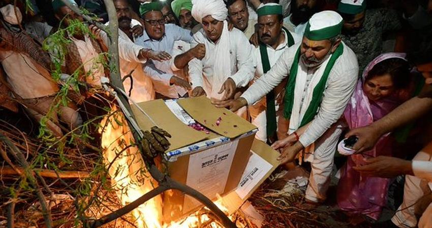 farmers celebrate holika dahan by burning copies of agricultural laws center rkdsnt