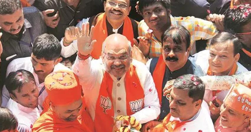 amit shah walked on the road to chennai to greet supporters rkdsnt
