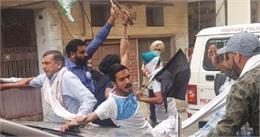 हरियाणा में किसानों ने भाजपा सांसद का घेराव किया, कार के शीशे को क्षतिग्रस्त किया