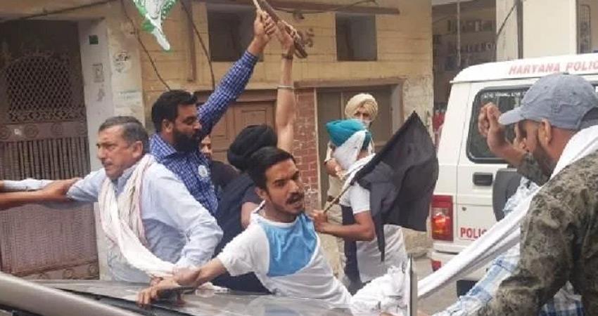 Farmers besiege BJP MP in Haryana damaged glass of car rkdsnt