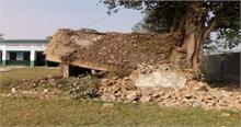 लक्सर में स्कूल भवन गिरा, मची भगदड़