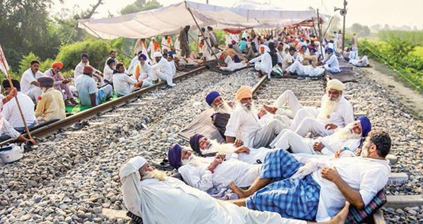 stop-the-rail-farmers-sitting-on-tracks-in-punjab-haryana-trains-stopped-at-stations-rkdsnt