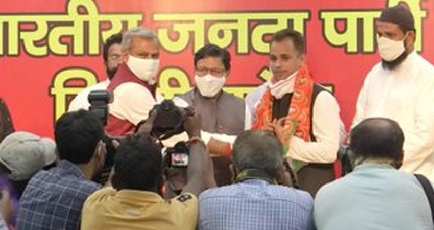 shahin bagh social activist shahzad ali joined bjp presence of delhi adesh gupta rkdsnt