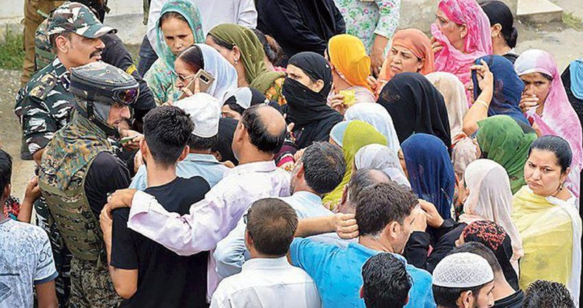 jammu and kashmir people are queuing for two hours to talk on phone for only two minutes