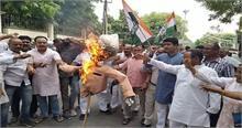 प्रियंका को हिरासत में लेने से कांग्रेसियों में उबाल, UP के मुख्यमंत्री का फूंका पुतला