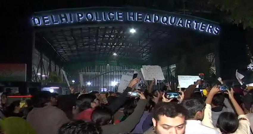 students are demonstrating outside delhi police headquarters in support of jamia