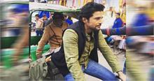 गंगा सफाई के लिए फिल्म अभिनेता खण्डेलवाल ने चलाया रिक्शा