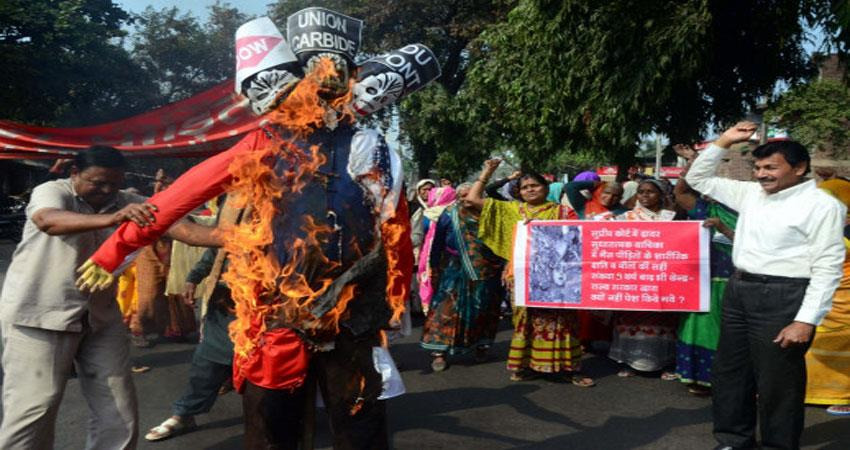 victims of bhopal gas scandal protest against trump visit