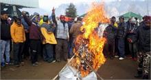 औली में स्कीइंग स्लोप पर शुल्क वसूलने पर सरकार और जीएमवीएन का पुतला फूंका