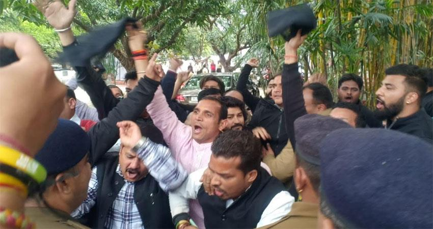 CM opposes in Haldwani black flags are shown Congress and SP workers protest