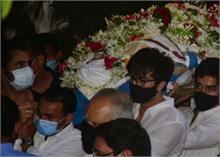 रणबीर ने अपने चाचू को दिया कंधा, राजीव कपूर के अंतिम संस्कार का Video वायरल