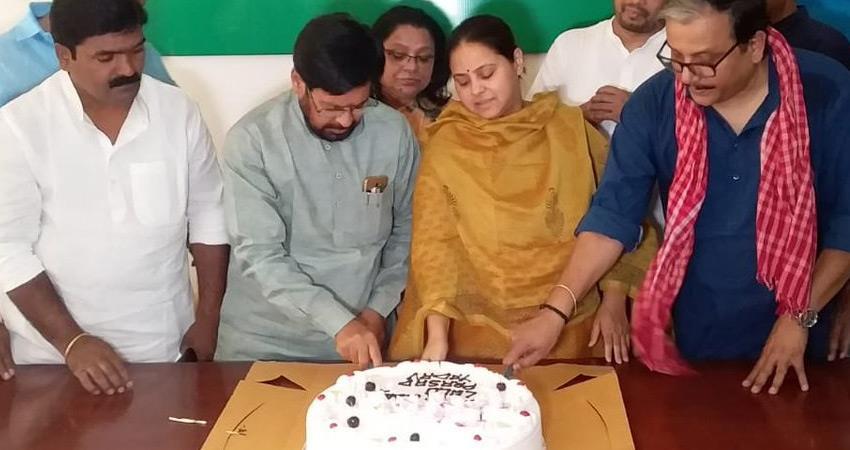rjd-workers-celebrates-lalu-prasad-yadav-72-birthday-misa-bharti-celebrate-in-delhi