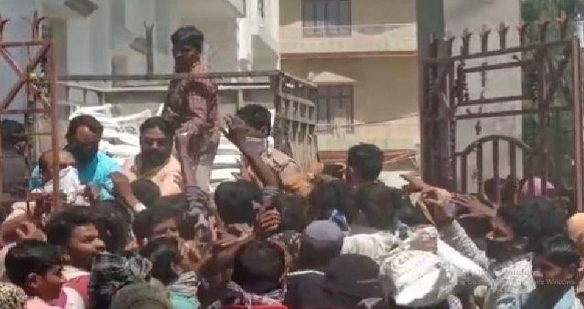 uttar pradesh lockdown is going on openly sp mla distributed ration to mob albsnt